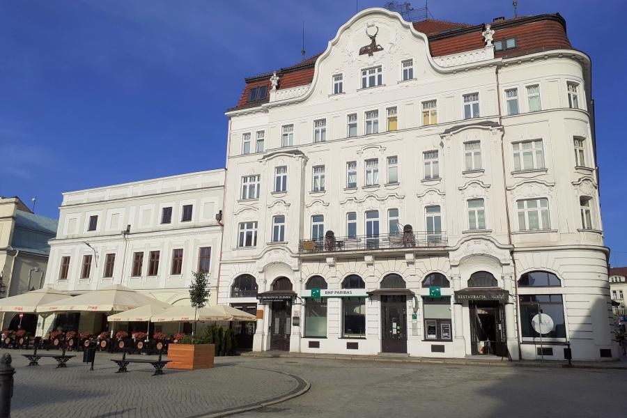 Przewodnik po Cieszynie. Kremowy budenek dawnego Hotelu pod Brunatnym Jeleniem na rynku.