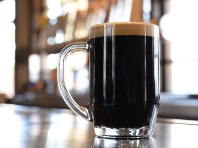 Wycieczka Piwna Praga, kufel ciemnego piwa na stole
