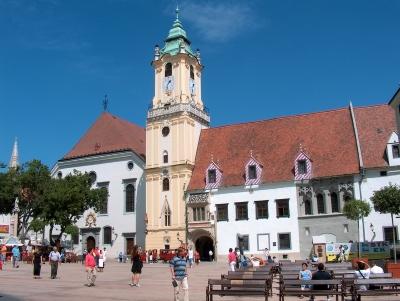 Wycieczka na piwo do Bratysławy. Widok na ratusz z wieżą i fragment rynku.