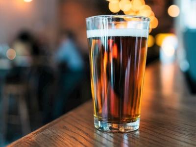 Wycieczka na piwo do Bratysławy. Kufel jasnego piwa na barze