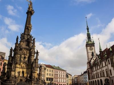 Wycieczka na piwo do Czech kolumna z ratuszem w Ołomuńcu
