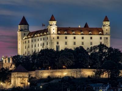 Wycieczka na piwo do Wiednia i Bratysławy. Wieczorny widok na zamek w Bratysławie