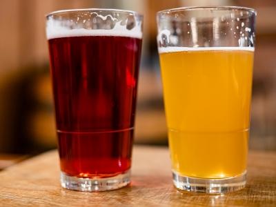 Wycieczka na piwo do Wiednia i Bratysławy. Dwa kufle piwa na stole.