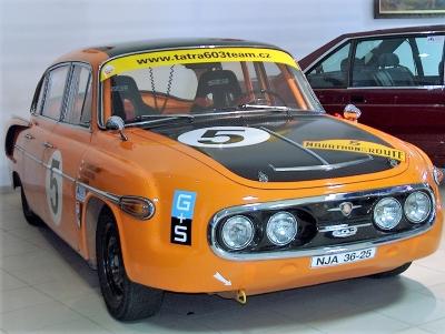 Wycieczka piwna do Czech, pomarańczowy samochód wyścigowy retro