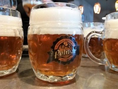 Wycieczka piwna do Czech kufel piwa na ladzie