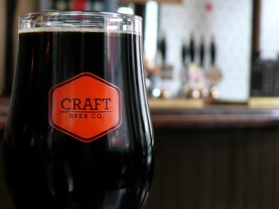 Kufel z ciemnym piwem w pubie w Londynie