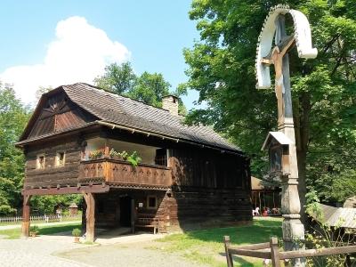 Wycieczka szlakiem piwa do Czech, drewniany dom w skansenie