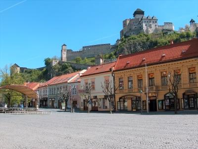 Wycieczka szlakiem piwa na Słowację. Widok na zamek na wzgórzu w mieście Trenczyn