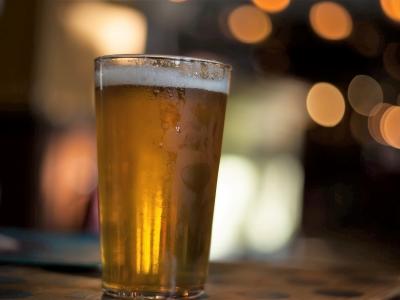 Wycieczka szlakiem piwa na Słowację. Kufel jasnego piwa na stole
