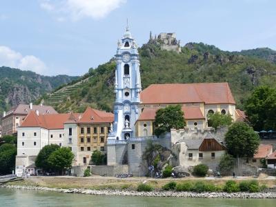 Wycieczka winiarska do Austrii, widok na niebieską wieżę klasztorną w Durnstein