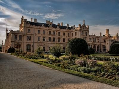 Wycieczka winiarska na Morawy widok na pałac w Lednicy z
