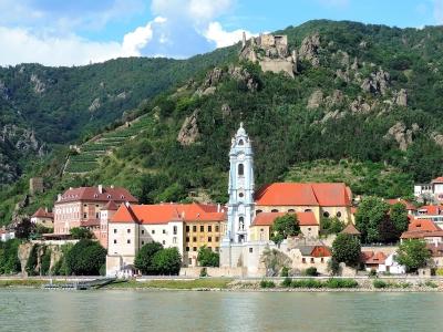 Wiedeń i Dolina Wachau - wycieczka trzydniowa. Widok na miasteczko Durnstein z niebieską wieżą kościelną
