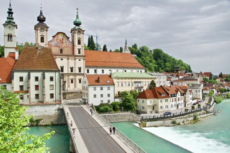 Wycieczka do Austrii. Widok na stare miasto w Steyer