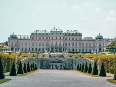 Wycieczka do Wiednia. Ogród z fontanna przed pałacem Belweder