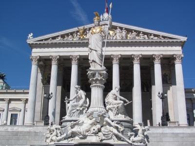 Wycieczka do Wiednia. Widok na posąg Ateny przed frontem budynku parlamentu austriackiego