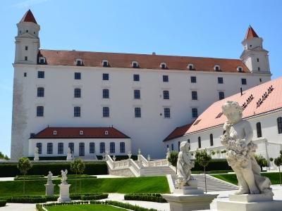 Wycieczka na wino na Słowację. Widok na ogród i zamek w Bratysławie.
