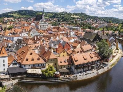 Czeski Krumlov wycieczka. Widok na miasto z kościołem św. Wita