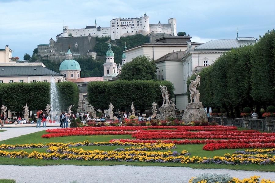 Widok na twierdzę w Salzburgu z ogrodu Mirabell