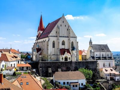 Wycieczka na Morawy Południowe i zwiedzanie Znojma. Widok na kościół św. Mikołaja w mieście