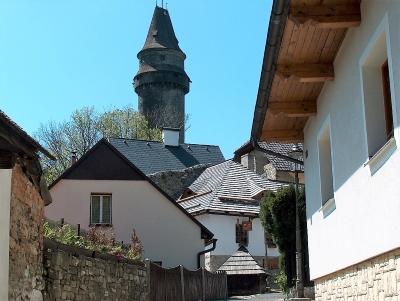 Wycieczka do Stramberka - uliczka z widokiem na wieżę Truba