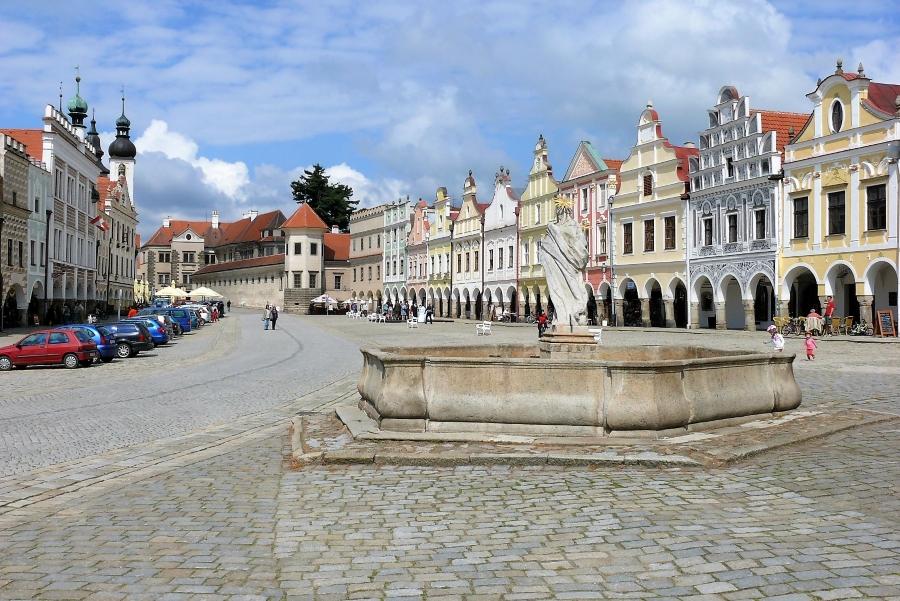 Wycieczki do Czecha. Widok na rynek w Telczu.