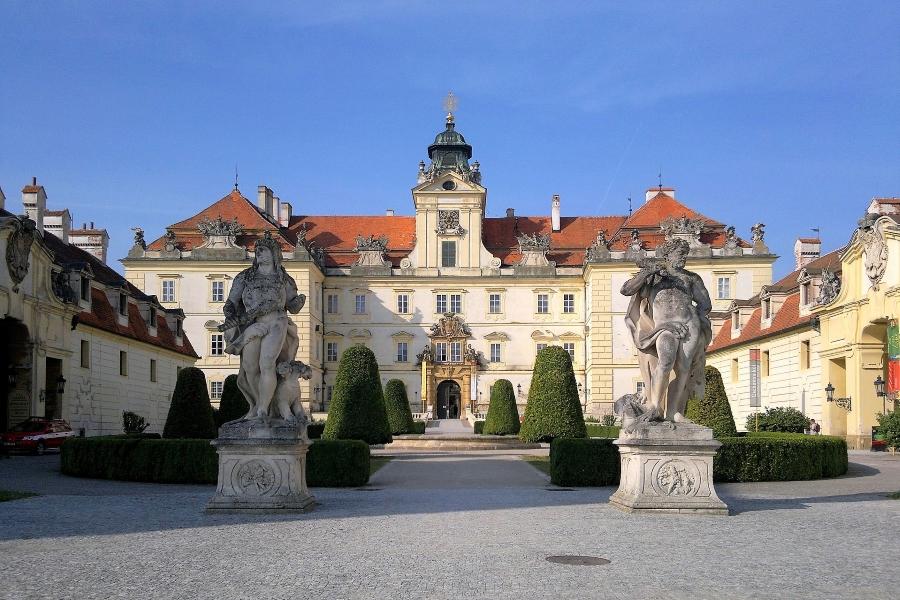 Wycieczka na Morawy i do Doliny Wachau. Widok na zamek w Valticach