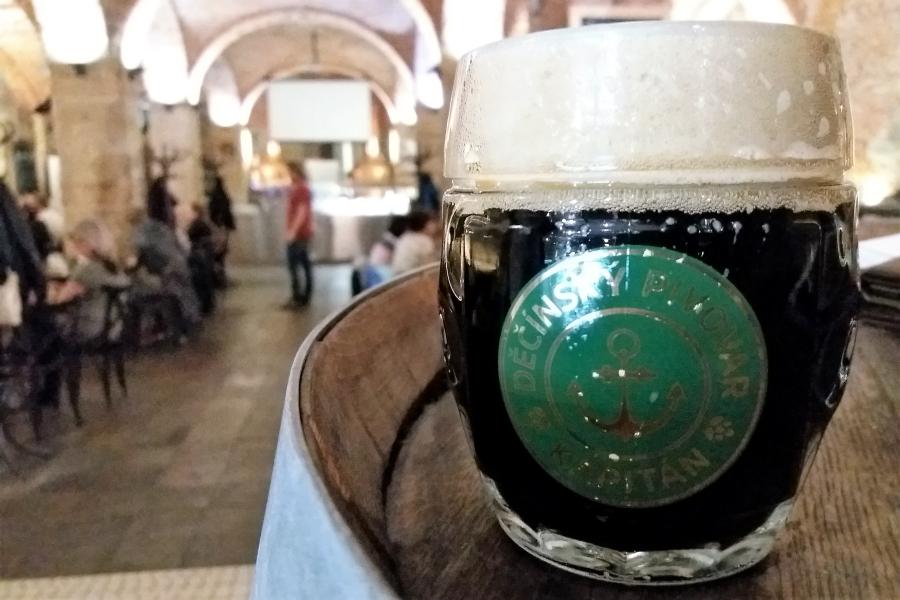 Wycieczki do Czech szlakiem piwa. Kufel ciemnego piwa z minibrowaru.