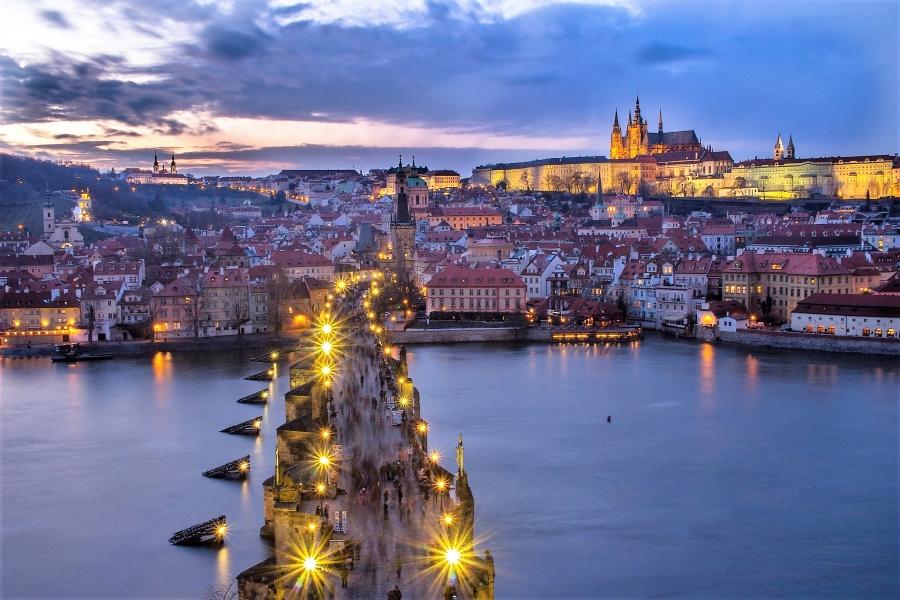 Wycieczki do Czech - widok na most Karola i Hradczany o zmierzchu