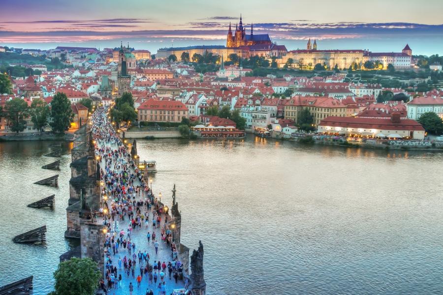 Praga - wycieczka dla grup. Widok na Most Karola i Hradczany o zmierzchu