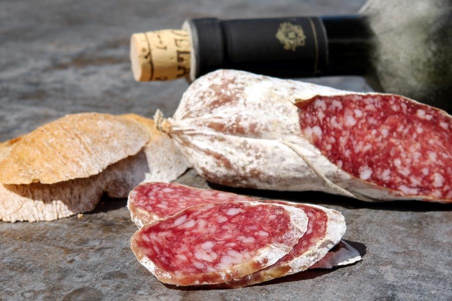 Salami, chleb i wino podczas wycieczki do Włoch