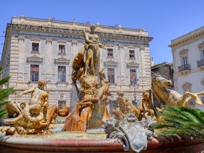 Sycylia wycieczka firmowa i fontanna w mieście Syrakuzy.
