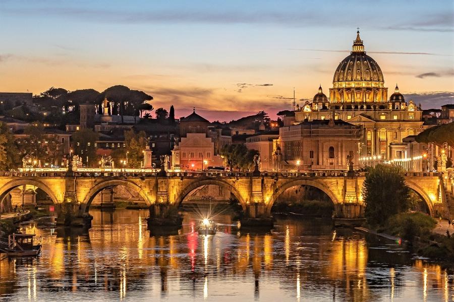 Wieczorny widok na bazylikę św. Piotra w Rzymie