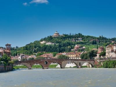 Wycieczka Włochy Północne. Rzeka i wzgórza w Weronie.
