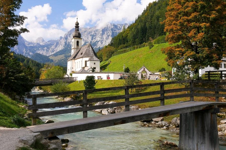 Wycieczka do Bawarii. Widok na kościół z Alpami w tle.
