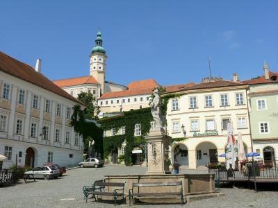 Wycieczka na Morawy i do Doliny Wachau. Widok na zamek w Mikulovie.