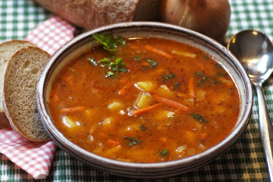 Zupa gulaszowa podczas wycieczki do Pragi