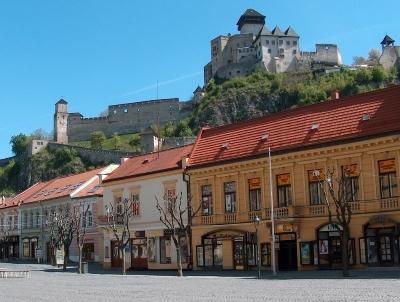 Widok na zamek w Trenczynie. Bratysława i Nitra - wycieczka dla grup ze zwiedzaniem Trenczyna