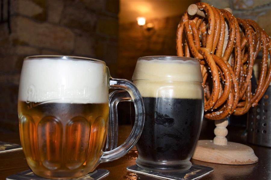 Kufel dobrego jasnego i ciemnego piwa