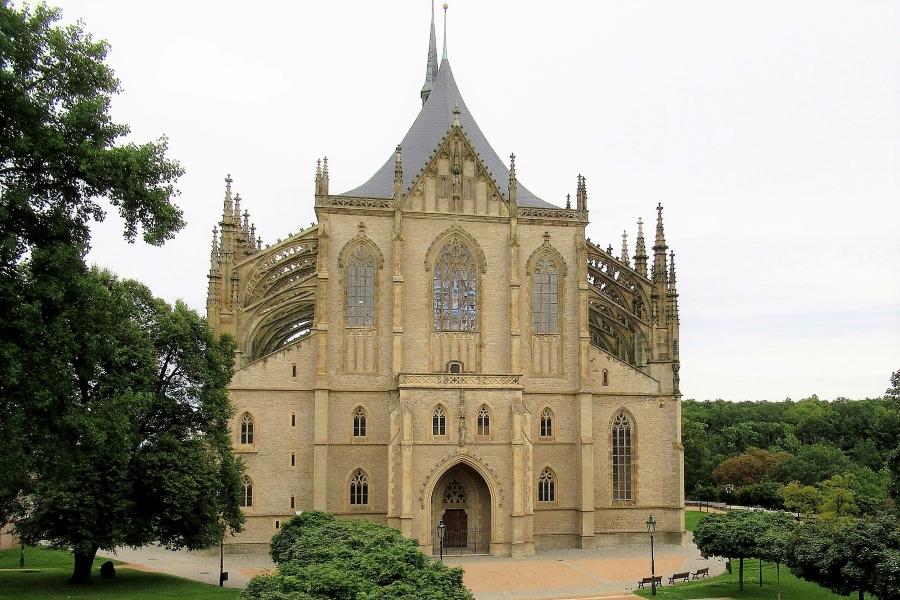 Praga i Kutna Hora - wycieczka dla grup. Widok na fasadę kościoła św. Barbary w Kutnej Horze