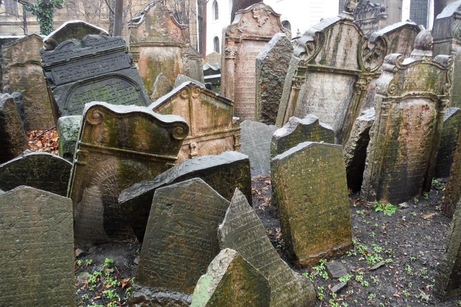 """Wycieczka """"Praga i Kutna Hora"""" dla grup. Stare macewy na cmentarzu żydowskim w Pradze."""