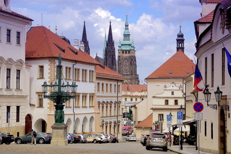 """Wycieczka """"Praga i Kutna Hora"""". Widok na zabudowę Hradczan oraz wieże katedry św. Wita."""