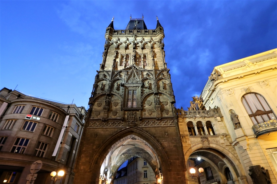 Wycieczka do Pragi i Kutnej Hory. Widok na podświetloną Bramę Prochową w Pradze.