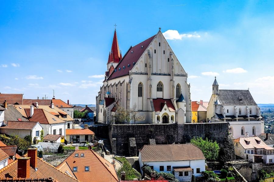 Wycieczka na Morawy i do Doliny Wachau. Widok na kościół św. Mikołaja w mieście Znojmo.