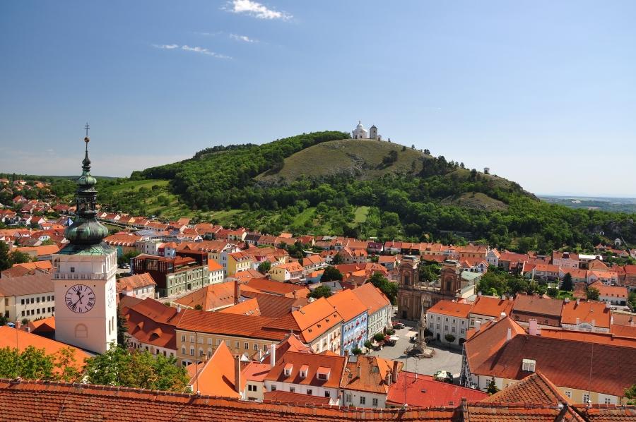 Widok na miasteczko Mikulov i wzgórze Svaty Kopecek na Morawach