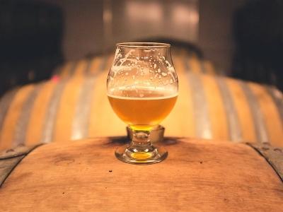 Wyjazd szlakiem piwa do Czech - szklanka piwa na beczkach po winie.