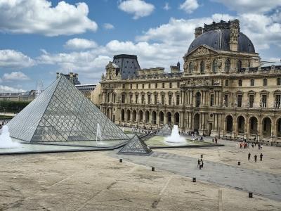Paryż - wycieczka dla firm i grup. Widok na Luwr.