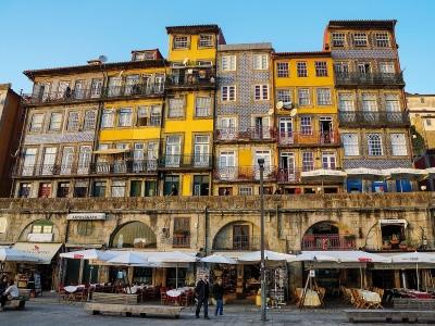Porto - wycieczka dla firm. Widok na kolorowe kamienice w mieście.