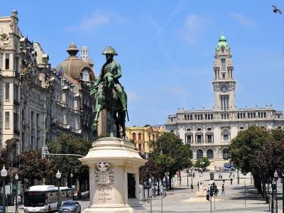 Widok na plac z pomnikiem konnym w Porto. Wycieczka dla grup do Porto.