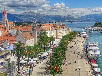 Wycieczka do Chorwacji do Dalmacji. widok na miasto Trogir.