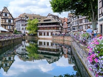 Wycieczka do Francji do Alzacji. Widok na stare miasto w Strasburgu